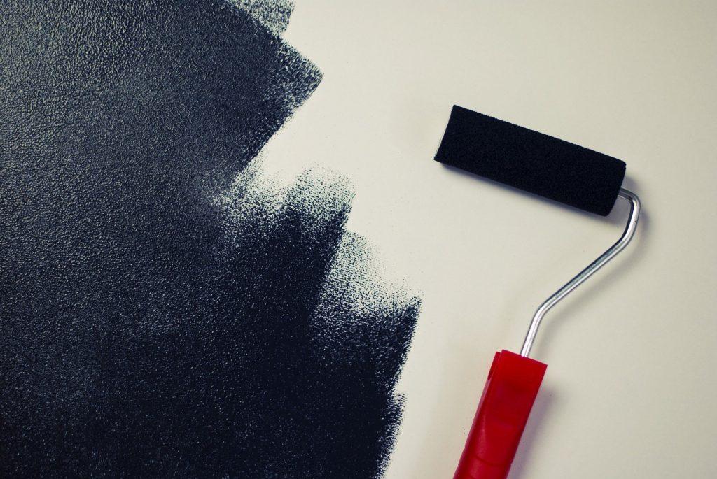 En roller med svart färg