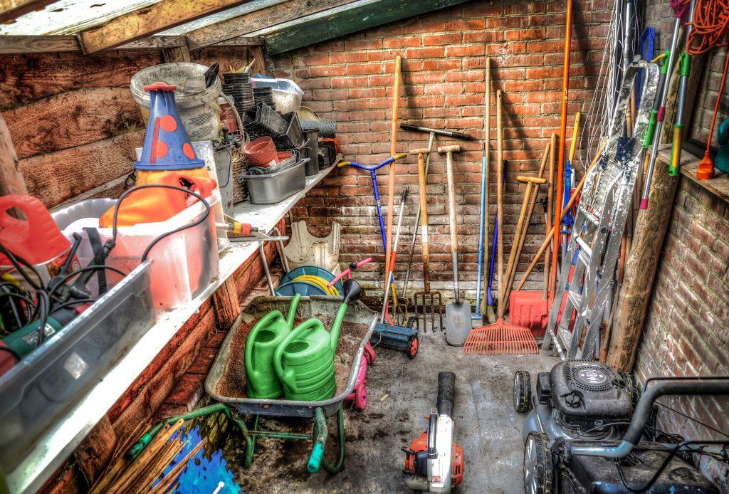 Ett verktygsförråd med verktyg och redskap